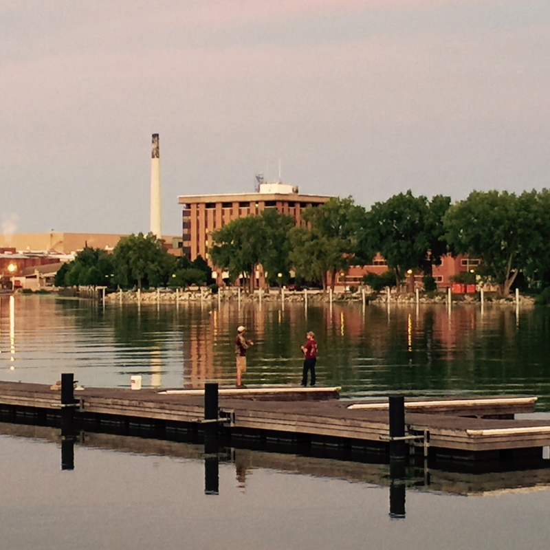 city fishing on the fox river at dusk in green bay UQ3PT5T